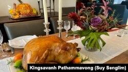 """ອົບໄກ່ງວງ ແລະການຕົກແຕ່ງອາຫານ ສະຫຼອງວັນຂອບຄຸນພະເຈົ້າ """"Thanksgiving"""" ໂດຍຍານາງເອດຣຽນ ປະຖັມມະວົງ."""