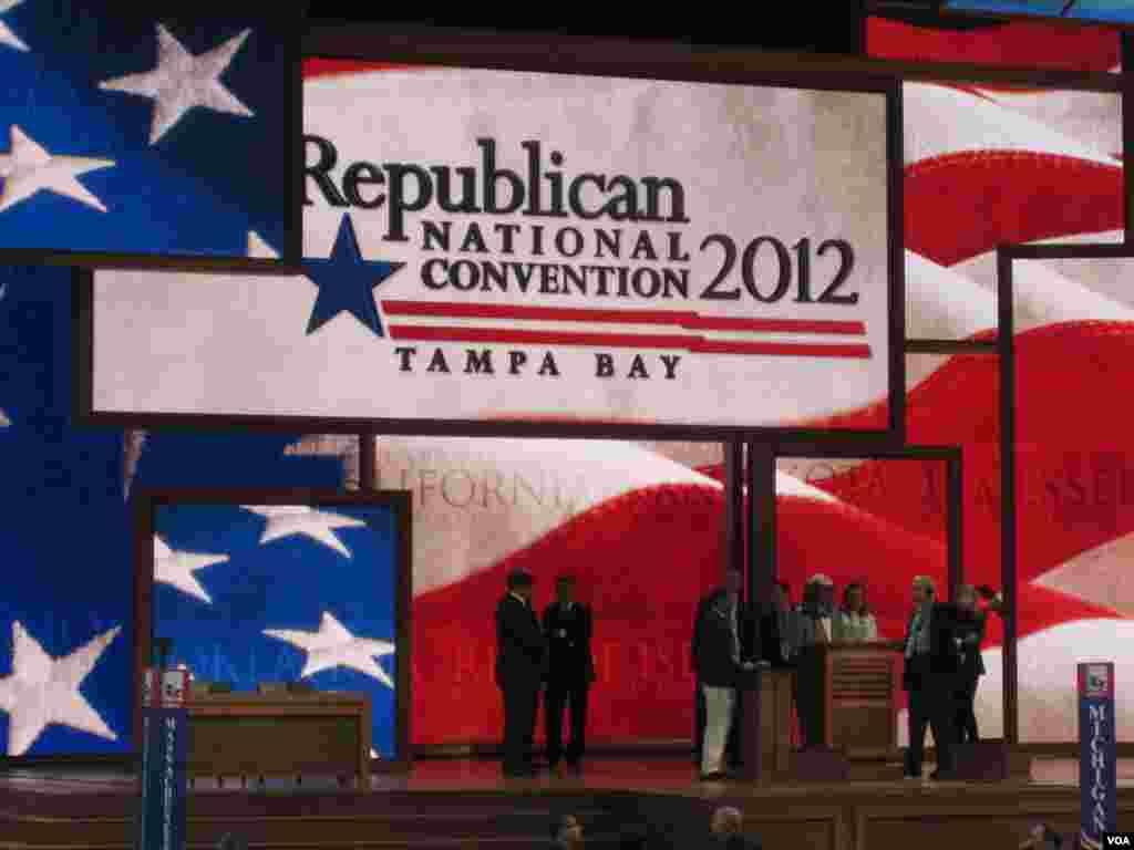 Các giới chức gặp nhau trên sân khấu chính trước khi khai mạc đại hội trong 10 phút. (N. Pinault/VOA)