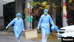 武漢一家醫院的醫護人員正在處理疫情。(路透社)