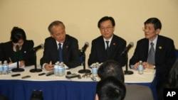 中国外交部副部长崔天凯(左二)和商业部副部长周虎城(右二)介绍习近平访美