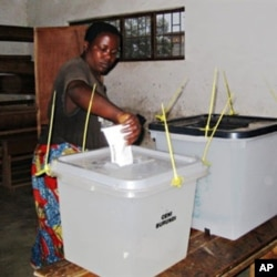 A Burundian voter casts her vote at a polling station in Burundi's capital, Bujumbura (File Photo - 23 Jul 2010)