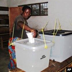 A Burundian voter casts her vote at a polling station in Burundi's capital, Bujumbura (File Photo - 23 Jul 2010)