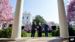 美国总统奥巴马(左)与副总统拜登(右)在华盛顿白宫玫瑰花园宣布提名华盛顿市联邦上诉法院首席法官麦瑞克·加兰德(中)为最高法院大法官人选。(2016年3月16日)