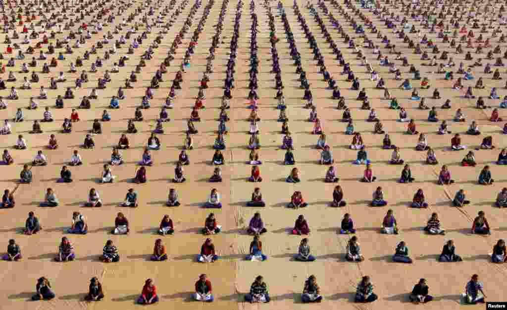 جلسه یوگا کودکان در یک مدرسهای در شهراحمدآباددر هند.