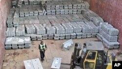 지난 2007년 북한에서 한국으로 수출된 500톤의 아연. (자료 사진)