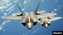 تصویر آرشیوی از دو فروند جنگنده اف-۲۲ متعلق به نیروی هوایی ایالات متحده