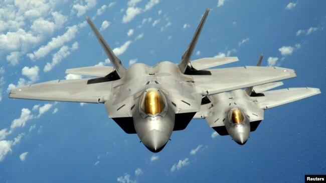 """Hiện vẫn còn nhiều câu hỏi về việc liệu chiếc chiến đấu cơ tàng hình của Trung Quốc có khả năng """"né"""" radar tốt như các máy bay chiến đấu F-22 (ảnh) của Mỹ hay không."""
