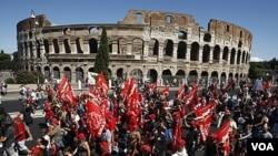 Para demonstran Italia melewati monumen 'Colosseum' di Roma saat pemogokan umum para pekerja di Italia (6/9).