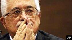 منگل کو سراجیوو میں اخباری کانفرنس کے دوران فلسطینی صدرمحمود عباس نامہ نگار کا سوال سنتے ہوئے