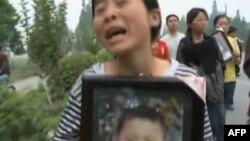 死难学生家长上街请愿抗议豆腐渣学校