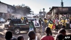 Les partisans du président Emmerson Mnangagwa, réélu récemment, célèbrent sa victoire à Mbare, Harare, le 3 août 2018.