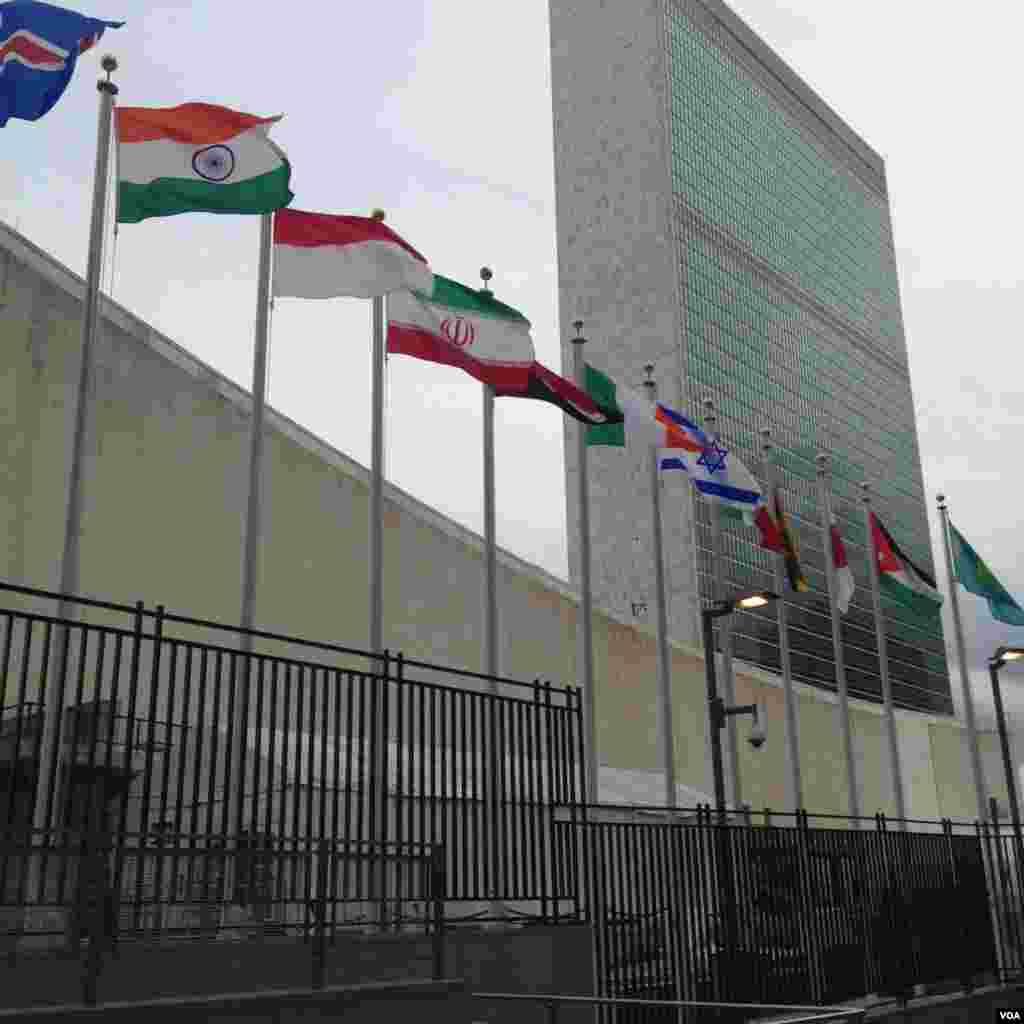 در مقابل سازمان ملل پرچم همه کشورهای عضو قرار دارد. جالب است که بین پرچم ایران و اسرائیل فقط دو پرچم فاصله است.
