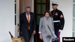 민주당 소속인 낸시 펠로시 하원의장(오른쪽)과 척 슈머 민주당 상원 대표가 9일 도널드 트럼프 대통령과 면담한 후 백악관을 빠져나오고 있다.