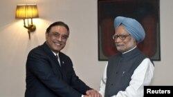 Perdana Menteri India Manmohan Singh (kanan) berjabat tangan dengan Presiden Pakistan Asif Ali Zardari di New Delhi (8/4).