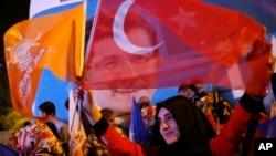 2015年6月7日伊斯坦布爾: 土耳其執政黨(正義與發展黨)的支持者。