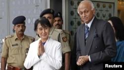 Pemimpin oposisi Burma, Aung San Suu Kyi disambut Menteri Luar Negeri India, Ranjan Mathai (kanan) setibanya di bandara internasional Indira Gandhi, New Delhi (13/11).