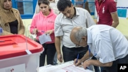 Tunisian election officials work during the country's first post-revolution parliamentary election in Tunisia. (Oct. 26, 2014)