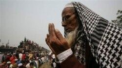 در حالی که هزاران مسلمان بنگلادشی در انتظار بازگشت از مراسم مذهبی در داکا هستند، یکی از آنان به دعا مشغول است. ۲۳ ژانویه ۲۰۱۱