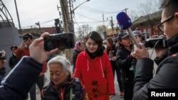 2018年4月4日,被拘留709律師王全璋的妻子李文足和朋友與記者們在中國最高人民法院投訴辦公室附近。