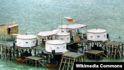 Quốc kỳ Trung Quốc và một đĩa vệ tinh tại một khu nhà do Trung Quốc xây dựng ở quần đảo Trường Sa