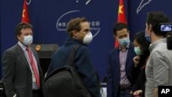 2020年3月18日《紐約時報》駐北京記者邁爾斯(左)出席中國外交部每日簡報會後與其他外國記者交談。