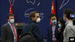 美國紐約時報駐北京記者史蒂文·李·邁爾斯(Steven Lee Myers)在參加中國外交部例行記者會後與其他外國記者聊天。 (2020年3月18日)
