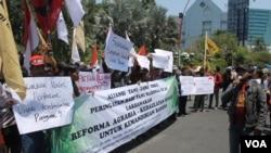 Aksi peringatan Hari Tani Nasional di depan gedung negara Grahadi, Surabaya, Rabu (24/9). (VOA/Petrus Riski)