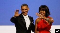 Perezida Obama na madame Michelle basezera ku bashyitsi nyuma y'igitaramo.