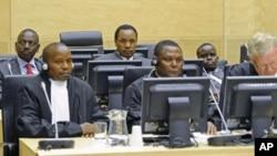 肯尼亚前教育部长威廉.鲁托(后左)、前工业部长亨利.科斯基(后中)和广播电台主管桑格(后右)2011年4月7号出席国际刑事法庭9资料照)