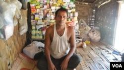 میانمار میں بے گھر ہونے والا روہنگیا ایوب خان جو اقوام متحدہ کے کیمپ میں مقیم بے گھر افراد کو دوائیں فروخت کرتا ہے۔