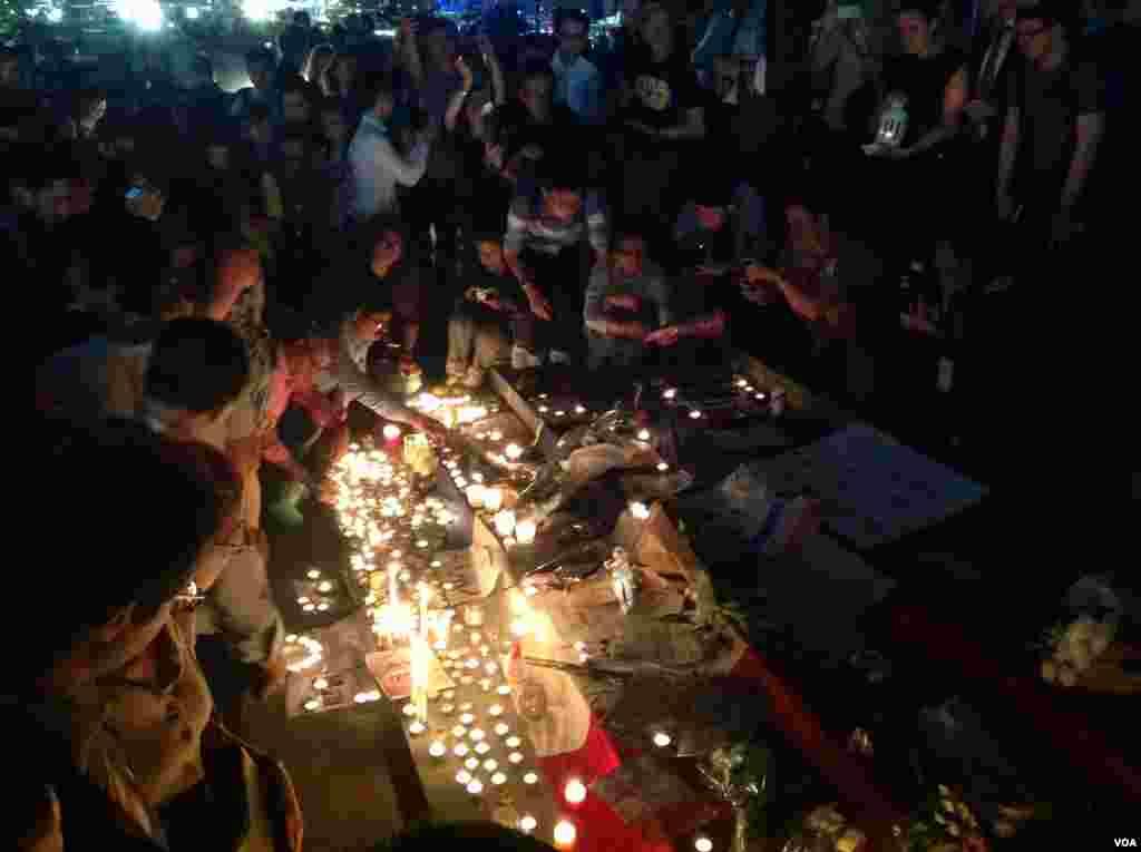 居港法国人及民众烛光悼念巴黎遇难者(美国之音海彦拍摄)