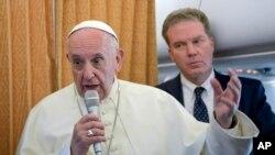 La decisión de ambos funcionarios ocurre dos semanas después de que el Papa Francisco nombrara al periodista italiano, Andrea Tornielli, como director editorial de todas las comunicaciones delVaticano.