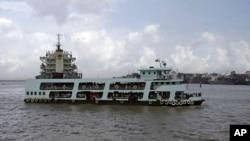 ພາບຂອງເຮືອຂ້າມຟາກລຳນຶ່ງ ທີ່ກຳລັງຂົນສົ່ງບັນດາຜູ້ໂດຍສານ ຂ້າມແມ່ນ້ຳ Yangon ໃນນະຄອນຢ້າງກຸ້ງ ປະເທດມຽນມາ, ວັນທີ 13 ພຶດສະພາ 2013.