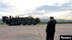 Kiongozi wa Korea kaskazini, Kim Jong Un akitoa mwongozo wa ufyatuaji roketi katika picha isiyokuwa na tarehe ya tukio