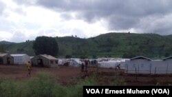 L'entrée du camp de transit pour réfugiés burundais à Kamanyola, dans le Sur-Kivu, RDC, 7 mars 2018. (VOA/Ernest Muhero)