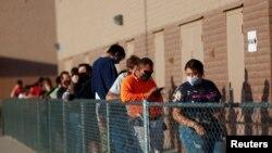 亞利桑那州鳳凰城的選民們在選舉日這天排隊等待投票。(2020年11月4日)