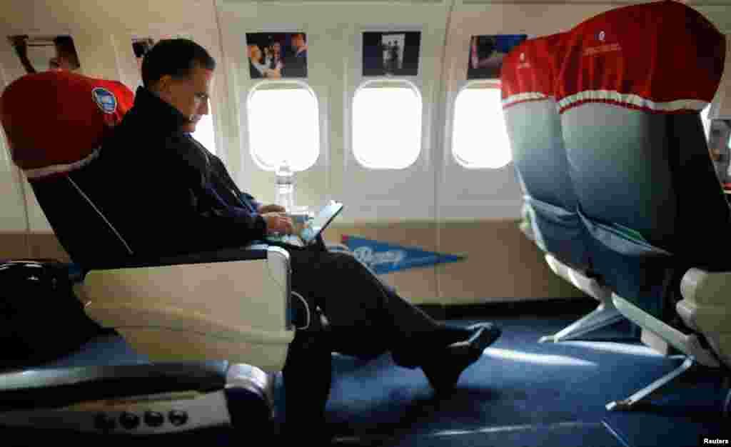 Mitt Romney regardant son iPad à bord de son avion de campagne, en route pour North Canton, dans l'Ohio