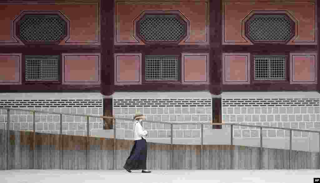 ေတာင္ကိုရီးယားႏိုင္ငံ Seoul ၿမိဳ႕ရွိ Gyeongbok နန္းေတာ္အျပင္ဘက္က ျမင္ကြင္း။ (ဇြန္ ၁၉၊ ၂၀၂၀)