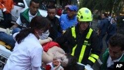 Una mujer herida es evacuada en una camilla después de una explosión en el shopping Centro Andino en Bogotá, Colombia, el sábado, 17 de junio de 2017.