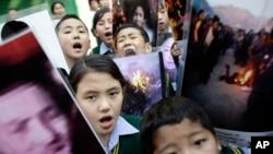 Anak-anak sekolah Tibet di pengasingan di Dharmsala, India memrotes kebijakan pemerintah China yang mendorong aksi bakar diri (foto: 25/3).