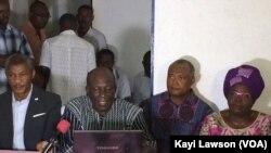 Conférence de presse de la coalition de l'opposition à Lomé, Togo, 8 décembre 2017. (VOA/Kayi Lawson)
