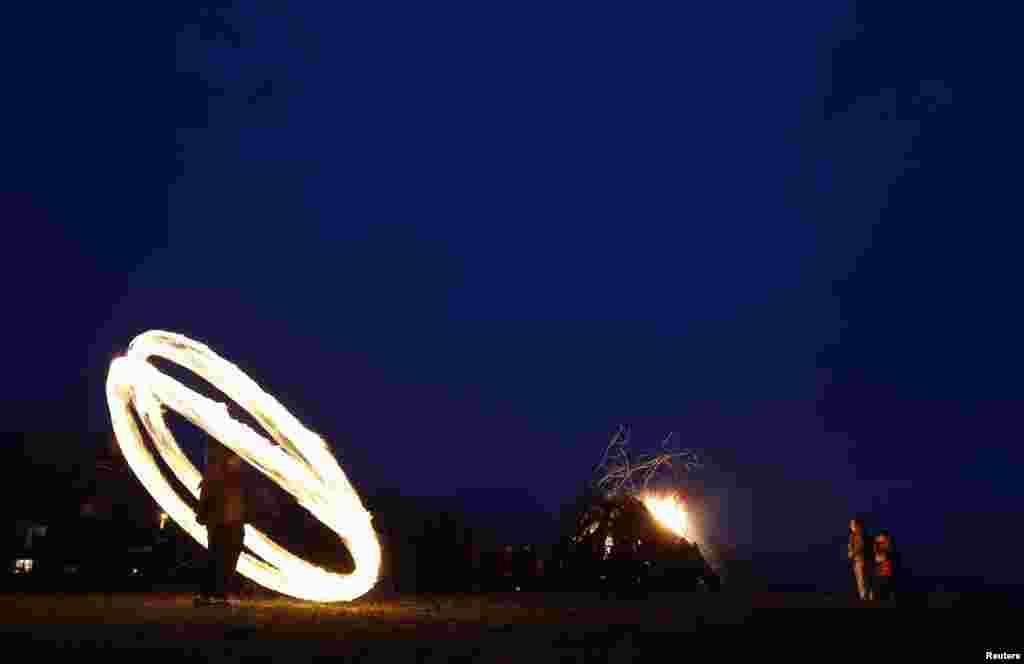 در مراسم جشن و سرور موسوم به سيرنیزاگووزنی، در روستای لوزن در بلغارستان، پسری حلقههايی از آتش را میچرخاند. مردم لوزن اعتقاد دارند که با اجرای مراسم آتش سيرنیزاگووزنی اشباح خبيثه را از خود دور میکنند.
