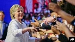 대의원 과반 확보로 사실상 민주당 대선 후보로 확정된 힐러리 클린턴 후보가 지난 7일 뉴욕 유세장에서 지지자들의 환호를 받고 있다. (자료사진)