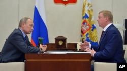 Le président russe Vladimir Poutine, à gauche, écoute le PDG de ROSNANO, Anatoly Chubais, dans la résidence Novo-Ogaryovo, à l'extérieur de Moscou, Russie, 7 novembre 2016.