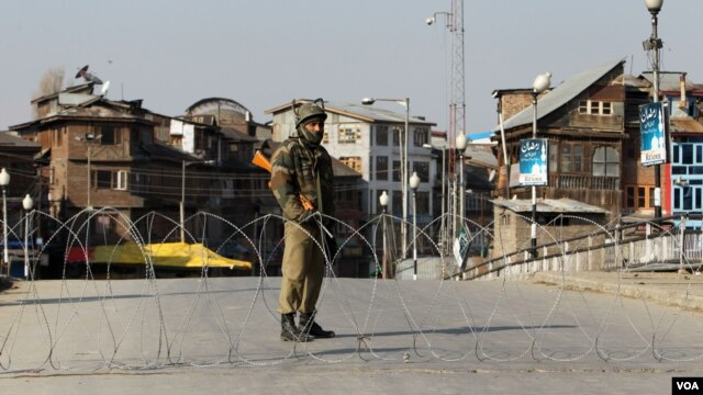 Pasukan keamanan India melakukan penjagaan setelah diberlakukannya pembatasan keluar rumah ketat di wilayah Kashmir India (10/2).
