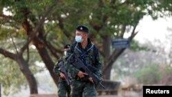 မတ္လ ၁၈ ရက္ေန႔က ထိုင္း-ျမန္မာနယ္စပ္ ထိုင္းနယ္ျခားေစာင့္ တပ္သားမ်ား (ဓါတ္ပံု- REUTERS/Soe Zeya Tun)