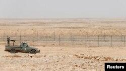 Патрульный автомобиль саудовских пограничников курсирует у забора, разделяющего территорию Саудовской Аравии и Ирака (архивное фото)