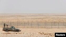 Xe tải quân sự của binh sĩ biên phòng Ả Rập Xê Út gần hàng rào biên giới phía bắc giáp Iraq.