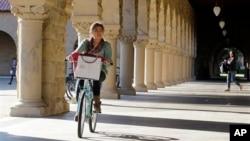 Seorang mahasiswi Stanford University bersepeda di kampus di Palo Alto, California. (Foto: Dok)