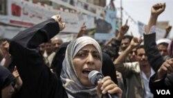 Aktivis Yaman Tawakkol Karman saat melakukan protes anti pemerintah (foto: dok). Karman mendesak agar Barat mencabut dukungan terhadap masa transisi di negaranya.